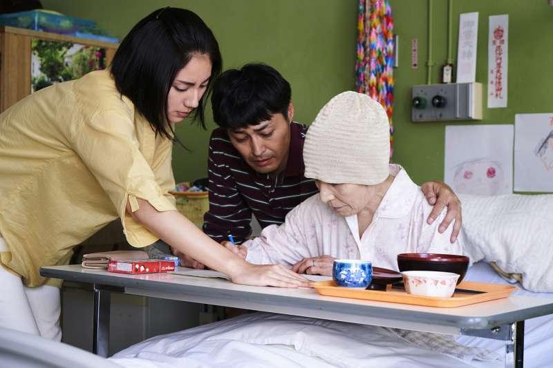 倍賞美津子(右)詮釋最強母親,樂觀面對人生最後時刻。(圖/車庫提供)