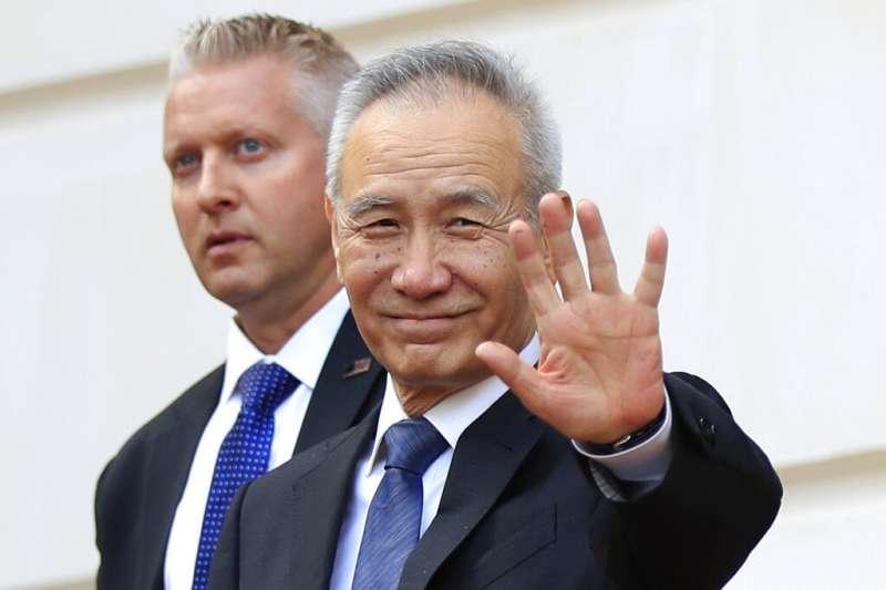 中美貿易磋商的中方貿易代表劉鶴在美國貿易代表署外向媒體打招呼。(美聯社)