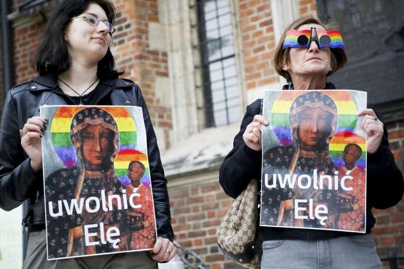 2019年5月8日,波蘭民眾走上街頭,聲援因張貼「彩虹聖母像」遭逮捕的人權運動者。(AP)