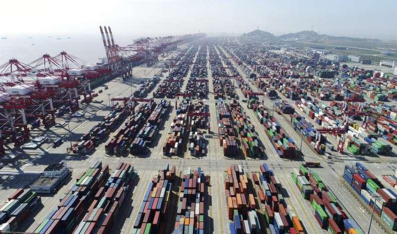 中美貿易戰,上海的貨櫃碼頭。(美聯社)