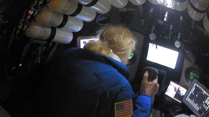 維斯科沃(Victor Vescovo)駕駛潛水艙在海底深處進行觀察(翻攝Five Deeps Expedition官網)