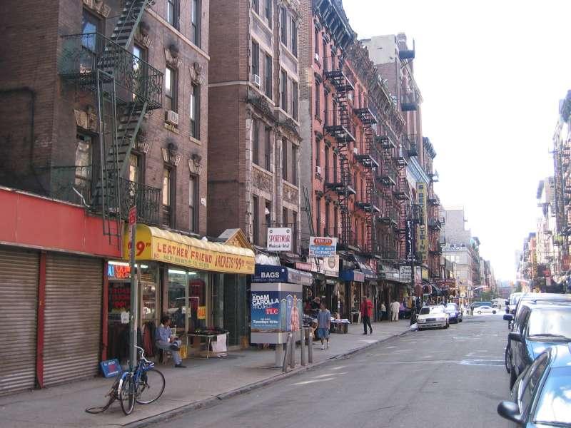 紐約曼哈頓下東城(Lower East Side)的街景。(取自維基百科)