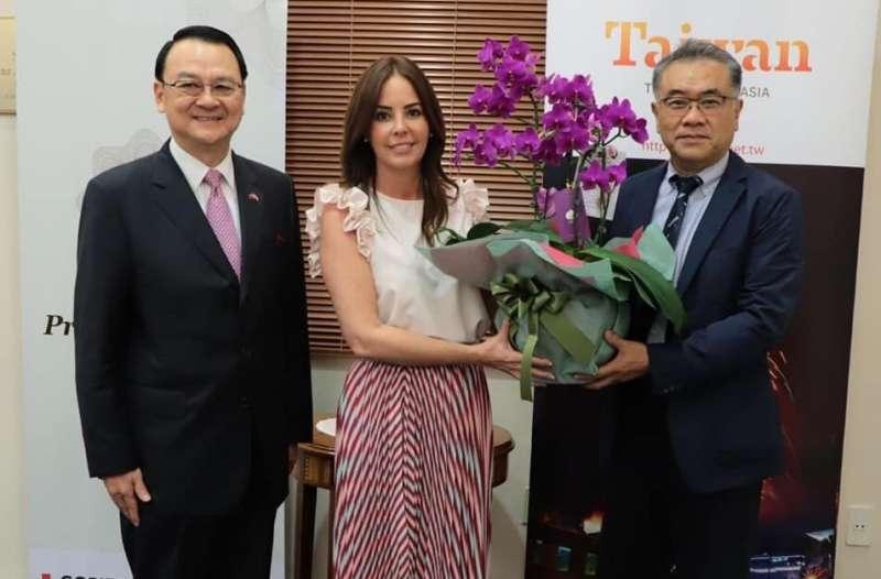 台糖董事長黃育徵(右)贈新品種蘭花與巴國總統賢伉儷,並與巴拉圭第一夫人Silvana Lopez Moreira de Abd(中)及駐巴拉圭大使周麟(左)合照。(圖/徐炳文攝)