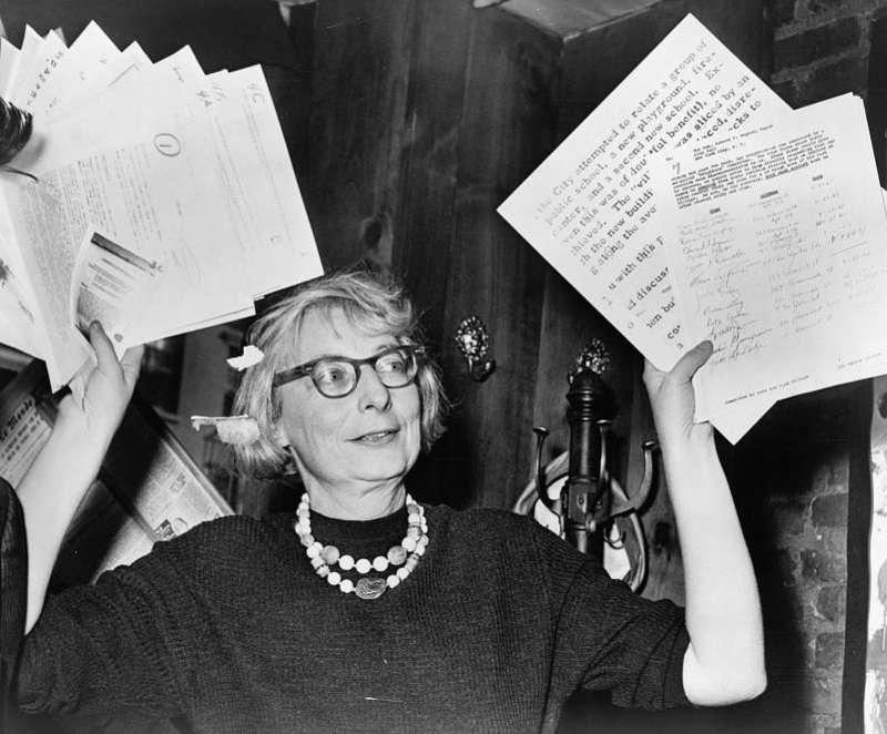 作者認為珍·雅各(Jane Jacobs)的經濟推論似乎出現了混淆,她認為保留老舊低矮的建築物,可以壓低房價,使剛開始創業的企業家可以負擔,然而這種說法顯然違背了供需法則。(取自維基百科)