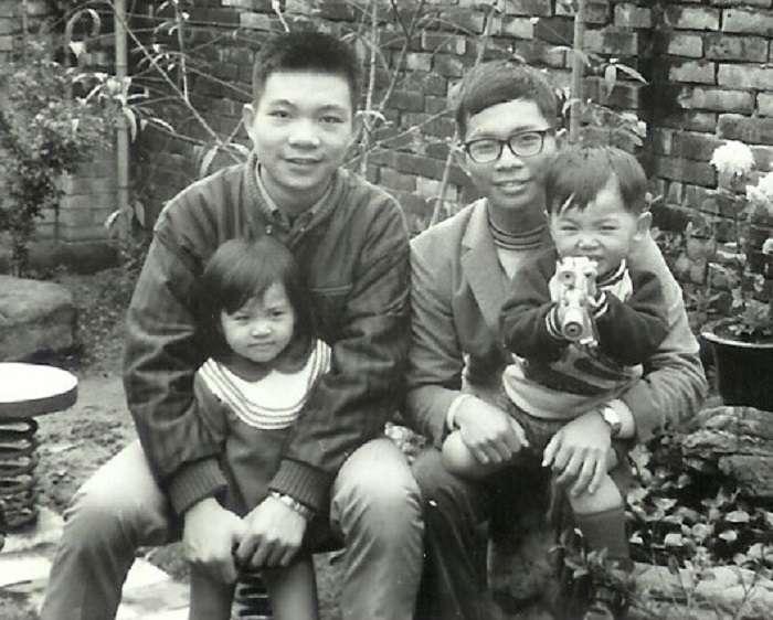 圖2,作者(右)大一,林毅夫(左)高三的時候與作者姊姊的孩子在家裡後院合照。(李建興提供)