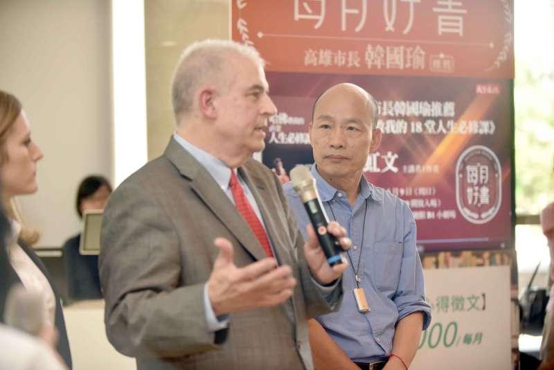 20190514-面對漫威爭議,高雄市長韓國瑜(圖右)和AAE執行長David Martin(圖中)於14日出面說明。(高雄市政府提供)