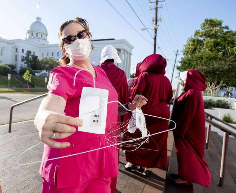 美國阿拉巴馬州14日通過一項全美最嚴苛的墮胎禁令,幾乎全面禁止女性墮胎,無論女性是否未成年,是否遭強暴或亂倫都必須生下小孩。圖為抗議立法的民眾。(AP)