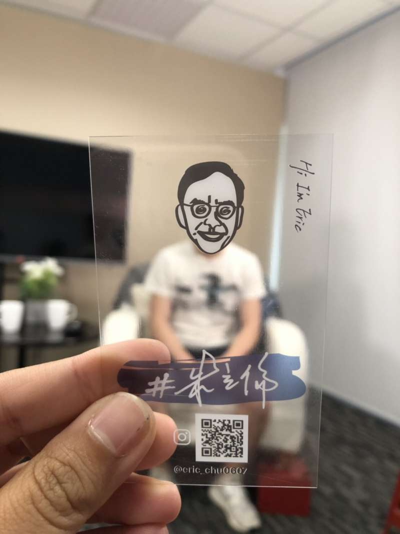 20190515-前新北市長朱立倫的兒子朱宣宇將陪父親打選戰。圖為朱宣宇手持朱立倫的IG小卡。(朱立倫辦公室提供)