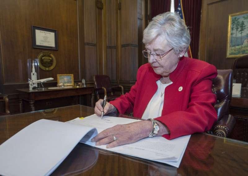 15日,阿拉巴馬州共和黨籍州長艾維無懼各方抨擊,執意簽署《人類生命保護法案》,法令預計6個月內生效。(AP)