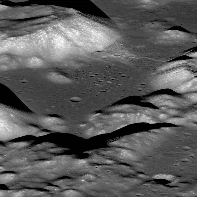 根據研究,美國國家航空暨太空總署「月球軌道探測器」捕捉到的影像(圖)分析顯示,月球逐漸縮水,表面出現皺褶並產生月震。(圖取自網頁lroc.sese.asu.edu)