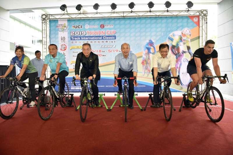 高雄市政府舉辦賽前記者會,市長韓國瑜(右三)歡迎各國選手造訪高雄。(圖/徐炳文攝)