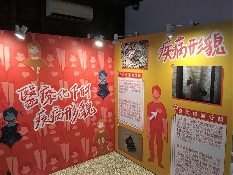 20190517-世新新聞畢業展《貧痕》展區分為《貧行台灣》、《醫療化下的疾病形貌》、《身在影像後》、《逗陣飯一辦桌的前世今生》、《袋袋相傳》,分別探討台灣人口、影像產業環境、辦桌文化,和布袋戲等議題。(世新新聞系提供)