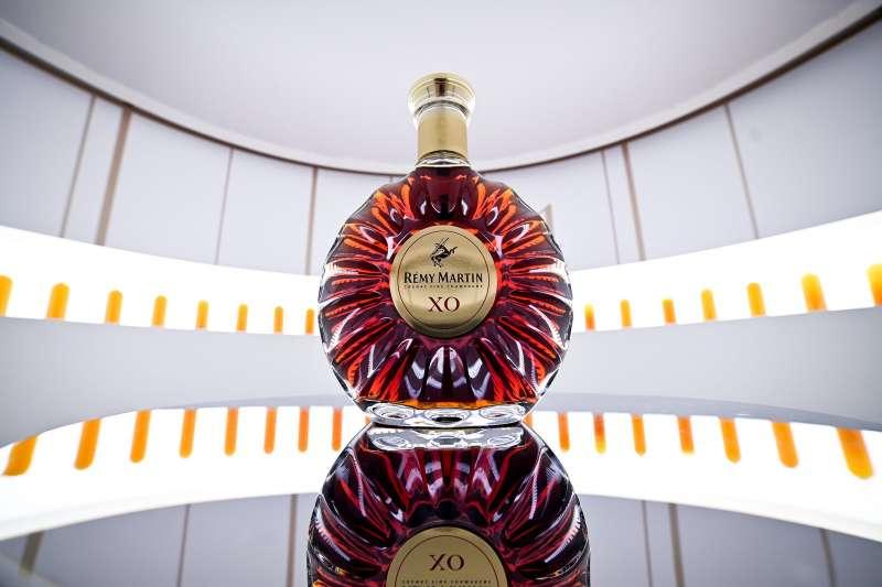 通透無瑕生命之水由在橡木桶裡熟成,進而賦予酒液美麗的琥珀色與更多的風味。(圖/人頭馬)