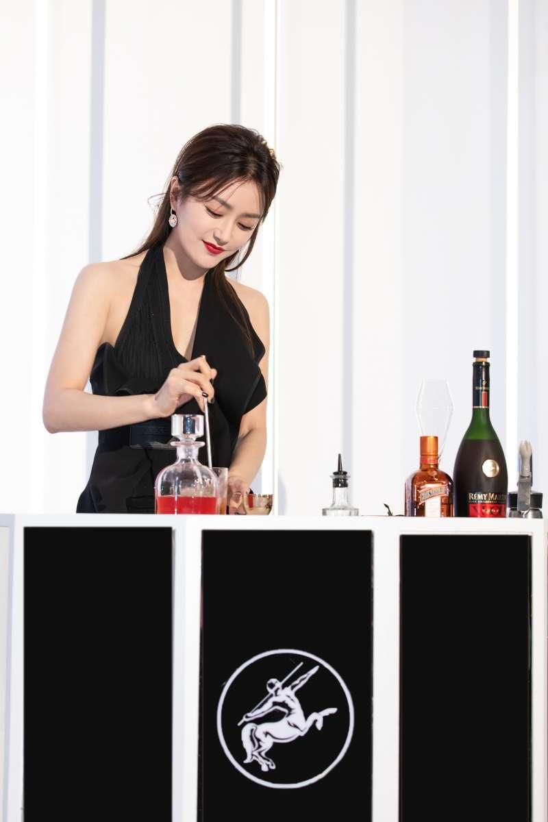 品牌摯友秦嵐特別發表一款以人頭馬V.S.O.P特優香檳干邑為基酒的調酒「深情嵐邑」。(圖/人頭馬)