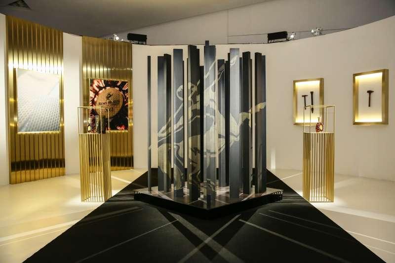 法國知名金屬藝術家Steaven Richard專為深圳人頭馬之家創作的裝置藝術作品。(圖/人頭馬)