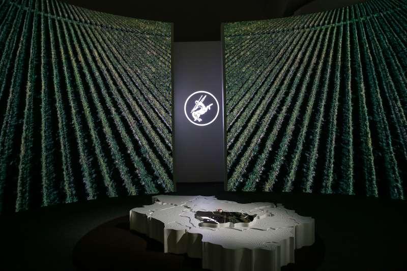 現場透過環景投影技術,重現法國干邑區葡萄園的翠綠美景。(圖/人頭馬)