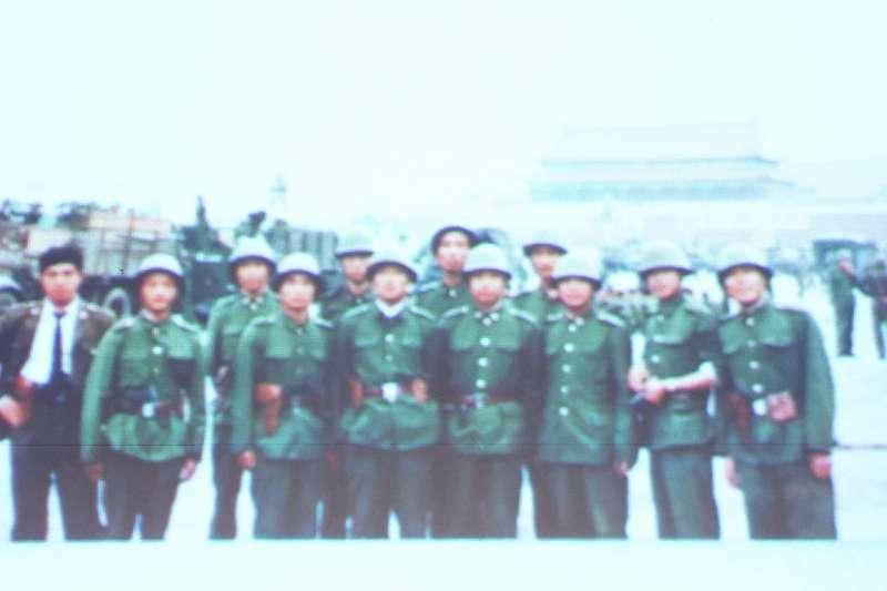 前六四戒嚴部隊軍官.中國海外民運聯盟(澳洲)秘書長李曉明1989年進駐天安門廣場時的留影。(李忠謙攝)