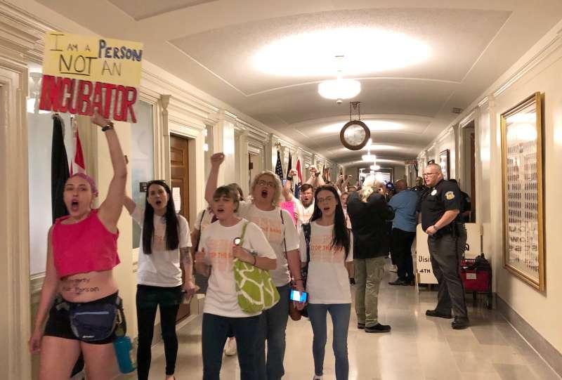 美國密蘇里州眾議院17日通過一項嚴苛的墮胎禁令,反對這項法案的民眾到場示威抗議(美聯社)