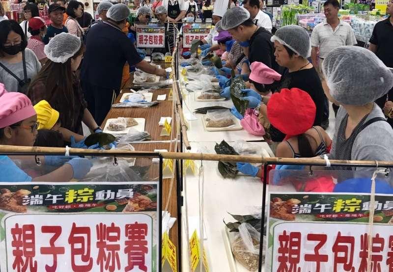 現場除了推出限時搶購,也舉辦親子包粽教學活動。(圖/徐炳文攝)
