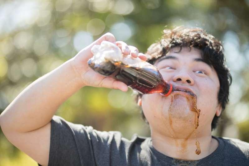 由心理壓力衍生而來的肥胖問題,也可能導致心血管疾病。(圖/取自 PAKUTASO)