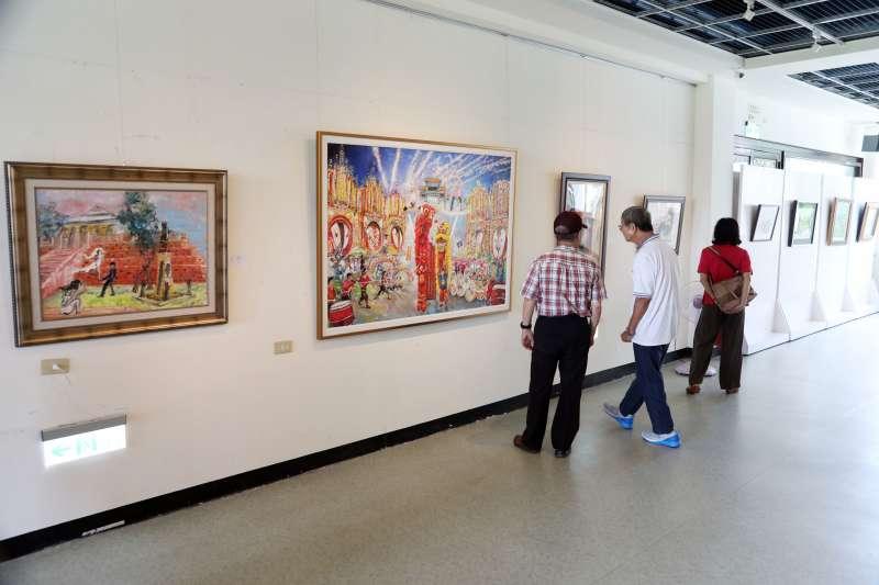 客家文化中心2樓展覽室也展出「悠遊客庄 恁好尞-台南市悠遊畫會會員聯展」,展現油畫、水彩、粉彩及電腦創作等各類藝術創作。(圖/徐炳文攝)
