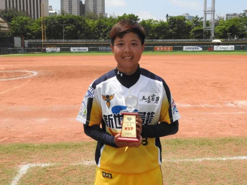 新世紀黃蜂陳筱雯拿下個人生涯首次完封勝及單場MVP。(圖/徐炳文攝)