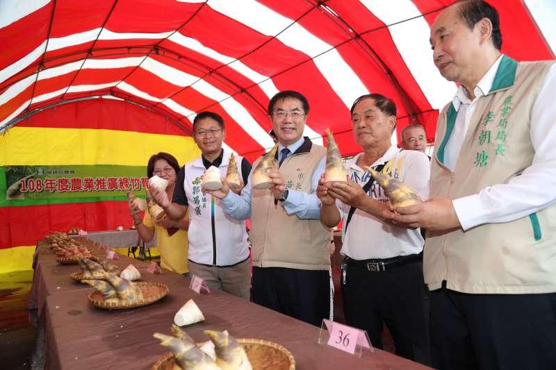 身為台南農特產最佳代言人的台南市長黃偉哲(中)與在地立委、議員、里長及農會代表等各界貴賓都出席讚聲。(圖/徐炳文攝)