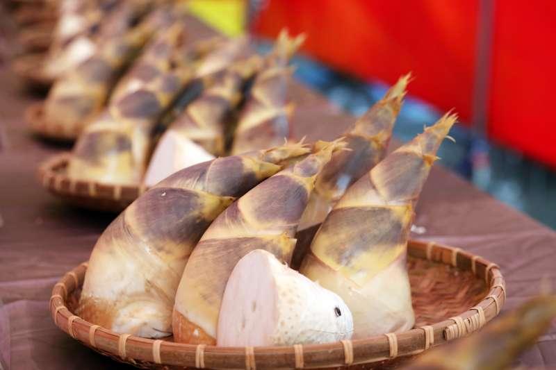 由龍崎區公所接棒推廣行銷台南品質第一的鳳梨與竹筍。(圖/徐炳文攝)