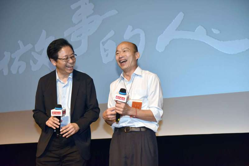 「做事的人:張善政的斜槓探索人生」新書分享會,市長韓國瑜(右)特地前往祝賀新書發表成功。(圖/徐炳文攝)