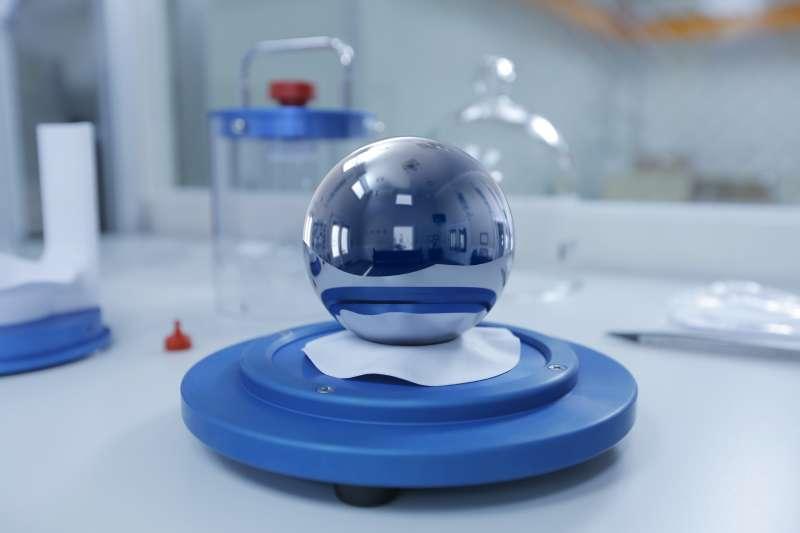 經濟部標檢局去年底與德國聯邦物理技術研究院(PTB)合作,建立全亞洲第一套矽晶球公斤原級系統。(圖/工研院量測中心提供)