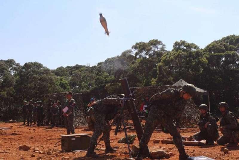 20190520-「漢光35號」實兵演練即將登場,駐在台北市的憲兵部隊近日進行不少結合戰備特性的訓練。圖為憲兵砲兵228營在湖口營區進行迫砲模擬彈射擊,強化官兵對火砲的專精訓練。(取自憲兵指揮部臉書)