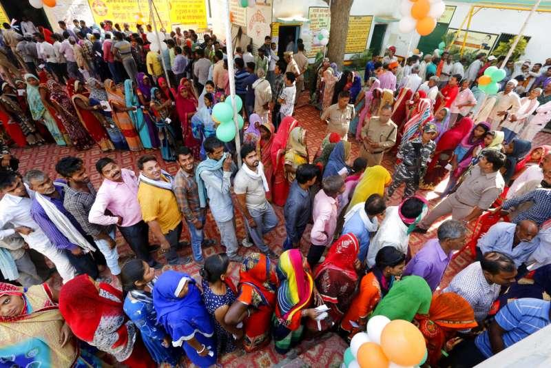 印度2019年舉行五年一度的國會大選,民眾在投票所大排長龍。(美聯社)