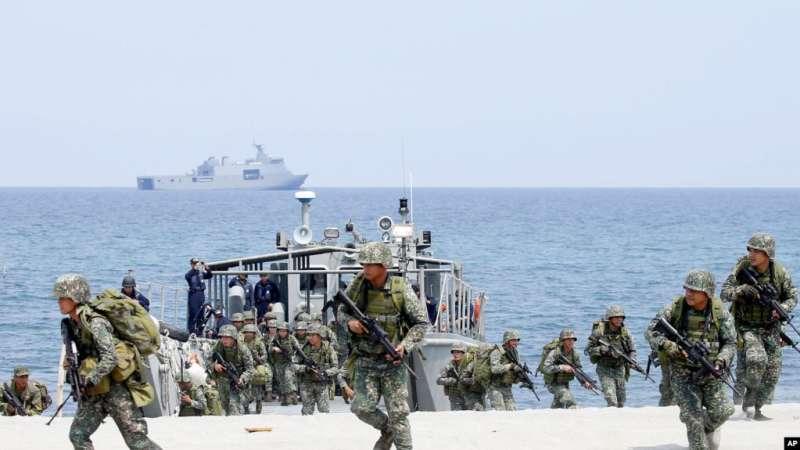 菲律賓和美國海軍陸戰隊在為期兩週的美菲聯合軍演中突襲了一個面朝南海的海灘。(美聯社)
