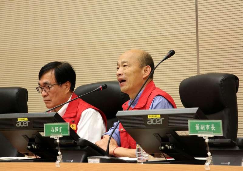 高雄市長韓國瑜(右)關心水情,親自召開首次工作會議,並與那瑪夏、桃源、茂林等區進行視訊連線,確認山區狀況。(圖/徐炳文攝)