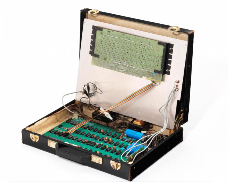 掀開鍵盤後,便能看到第一代蘋果電腦Apple-I(圖/Christie's)