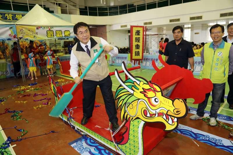 台南市長黃偉哲熱情邀請市民朋友一起到運河歡慶端午,為選手加油。(圖/徐炳文攝)