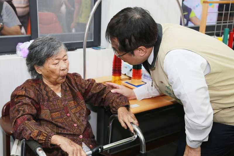 台南市長黃偉哲關心長輩在日照中心生活。(圖/徐炳文攝)