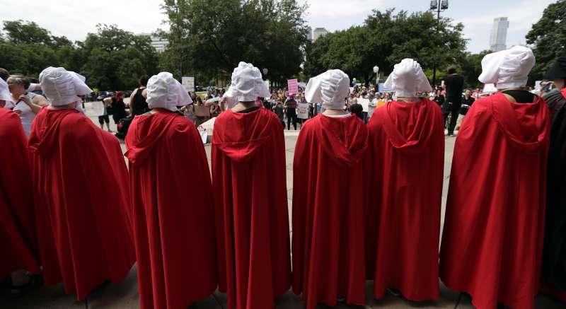 德州反墮胎禁令群眾扮裝反烏托邦小說《使女的故事》人物聚集州議會大廈前抗議。(美聯社)