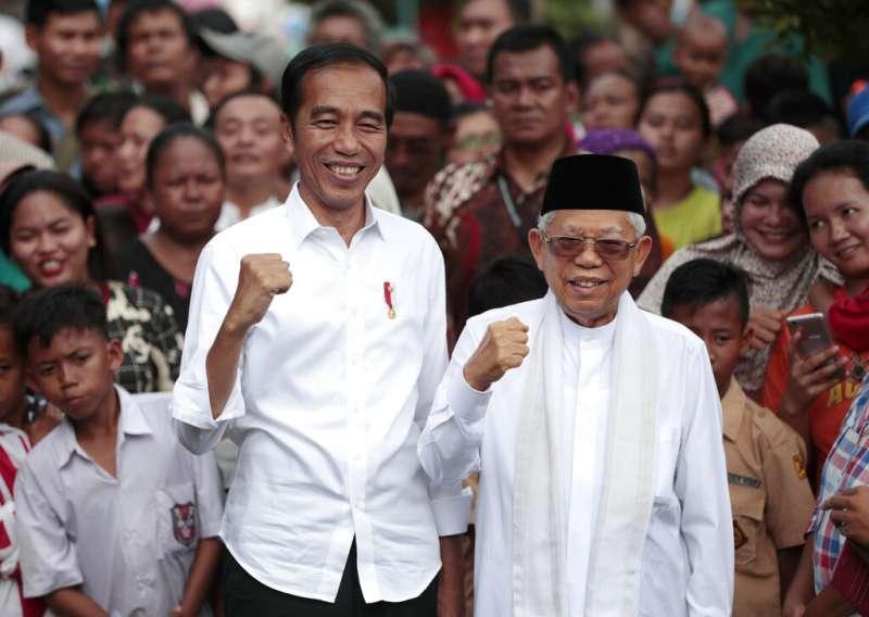 印尼總統佐科威21日宣布勝選,身旁是他的副手搭擋安明。(美聯社)