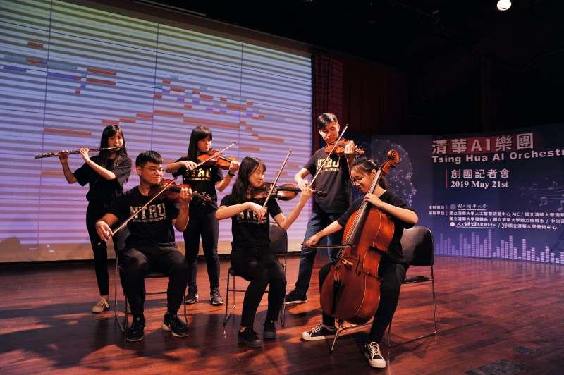 清華AI樂團展示一套自動跟譜技術,樂曲演奏到哪裡,軟體便會自動追蹤、定位當下的音樂內容並呈現在螢幕上。(圖/清華大學提供)