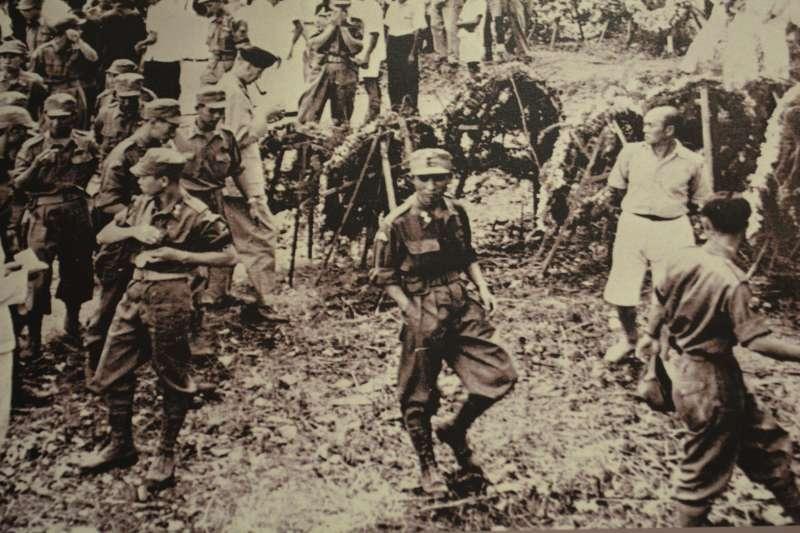 20190523-抗戰勝利後進入新加坡的136部隊華人特工,可以看到他們的穿著打扮雖然是英軍,但是小帽上卻有青天白日徽,有意向星馬地區僑胞彰顯中華民國戰勝國的地位。(許劍虹提供)