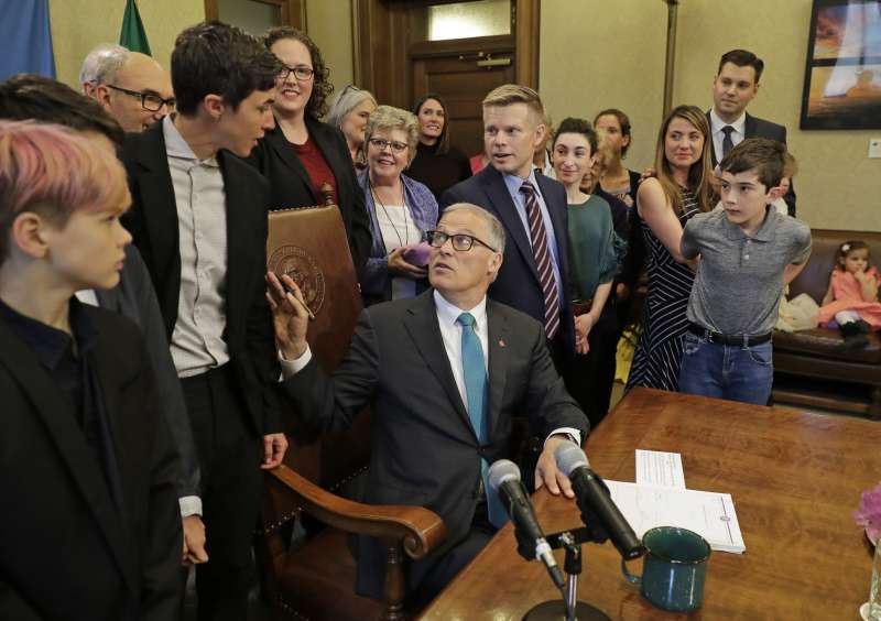 華盛頓州長英利斯21日簽署新法將「人類遺體堆肥」合法化。(AP)