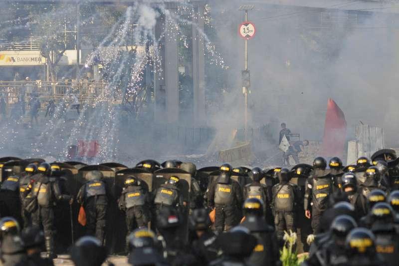 5月22日,印尼總統發射催淚瓦斯驅散示威民眾(美聯社)