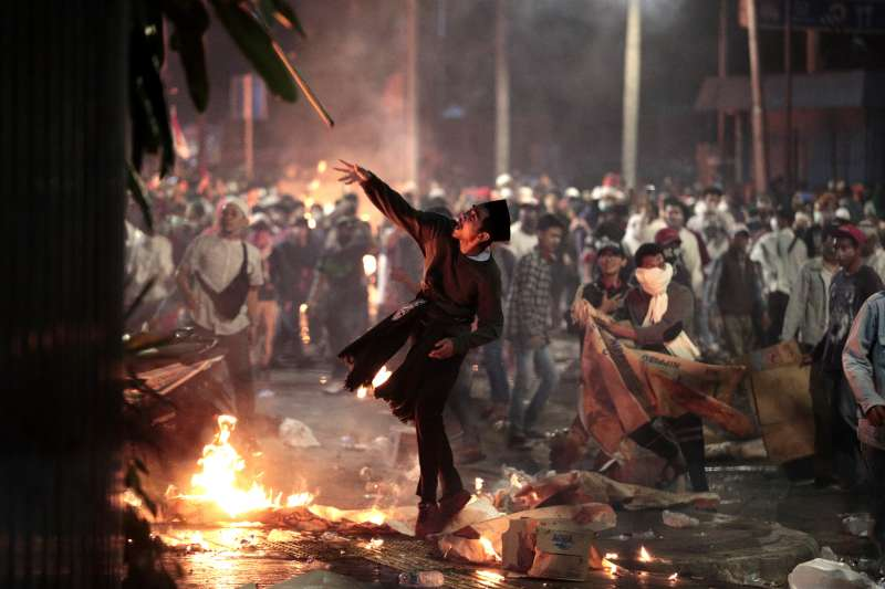 5月22日,示威者朝鎮暴警察丟擲棍棒(美聯社)