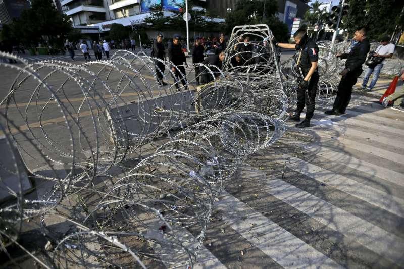 5月23日,警察以鐵絲網封鎖雅加達部份街道(美聯社)