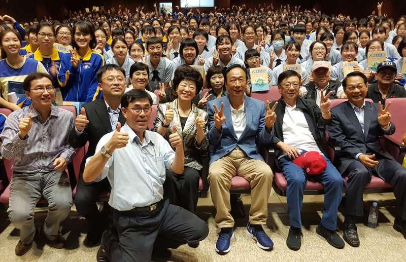 郭台銘在新竹的首場校園演講,吸引滿場熱情的同學踴躍到場聆聽。(圖/方詠騰攝)