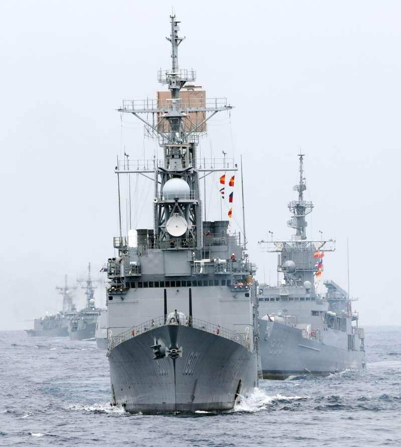 20190523-海軍22日在東部海域進行戰備任務訓練,出動20艘各型船艦參與演練,規模之大,5年之最。(蘇仲泓攝)