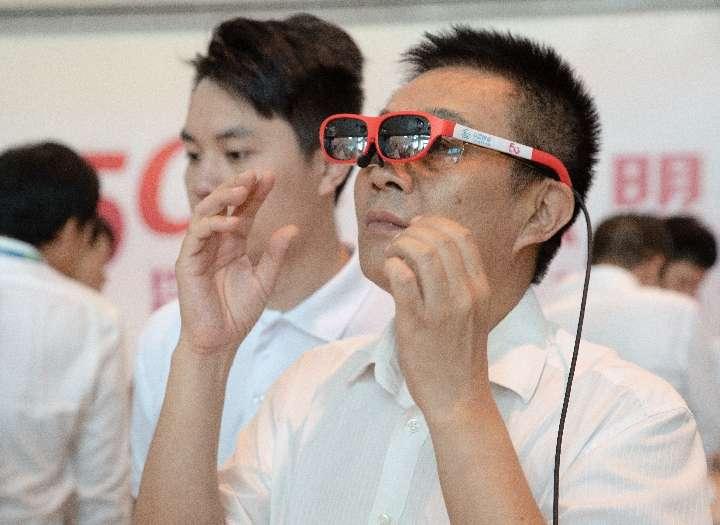 廣東今年規劃建設5G基站近萬個!成立5G產業聯盟。4月23日,觀眾在一活動現場體驗VR應用。(新華社)