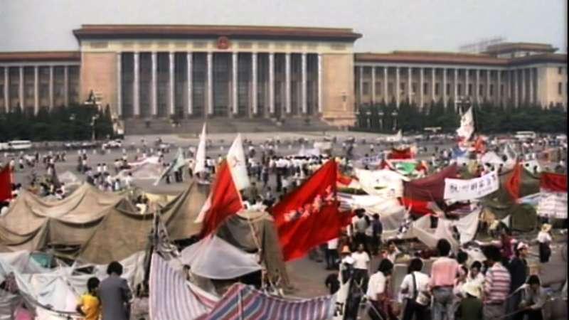 1989年6月4日,中共出動軍隊血腥鎮壓在天安門示威抗議的學生與市民,史稱「六四事件」(公視)