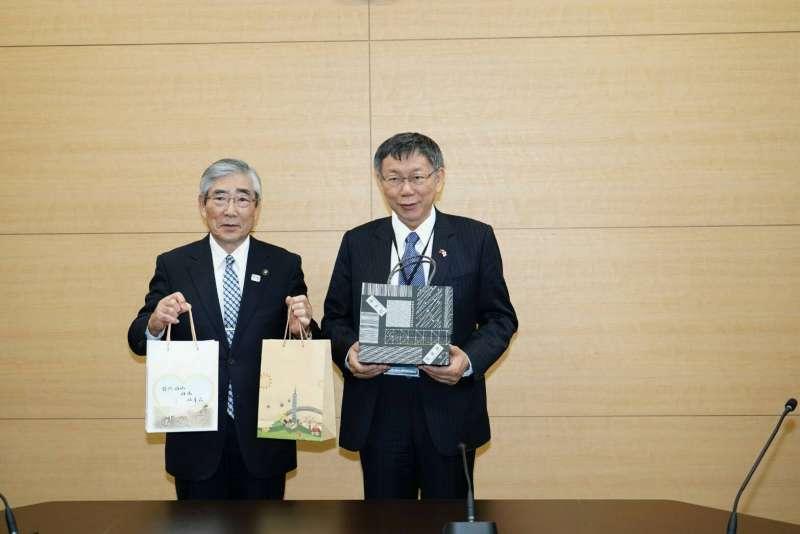 20190526-台北市長柯文哲(右)近期訪日本,26日參訪石卷市防災中心。(台北市政府提供)